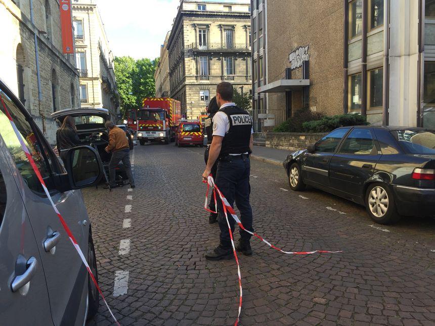 La police a établi un important périmètre de sécurité.