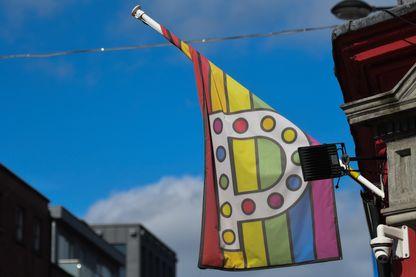 Un drapeau arc-en-ciel, symbole des LGBT devant un bar de Dublin, 27 mars 2019.