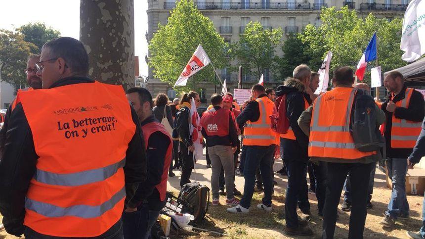 Les producteurs de betteraves lors d'une manifestation devant l'ambassade d'Allemagne à Paris, le 7 mai 2019.