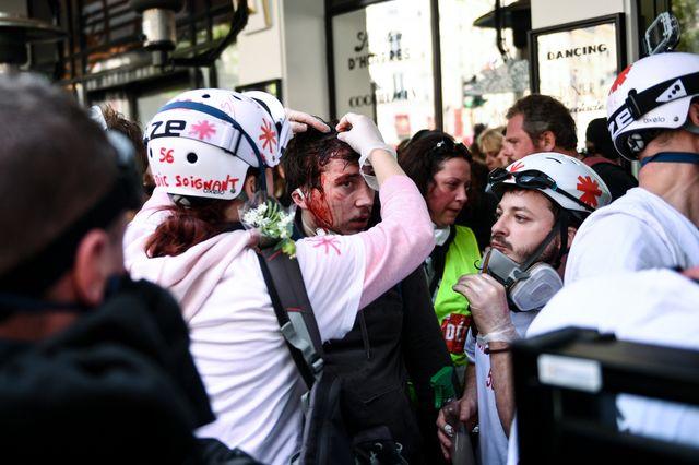 Toujours dans le cortège parisien, un autre manifestant est soigné directement sur place