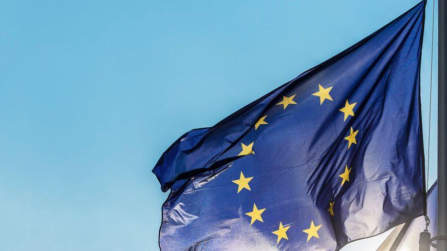 Plusieurs drapeaux officiels européens hissés le long du Berlaymont en Belgique