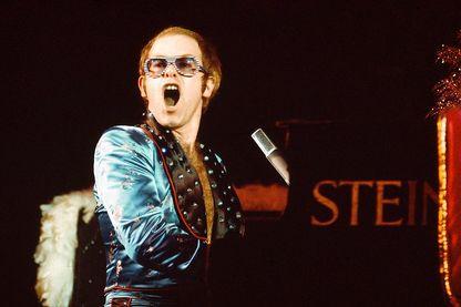 """Tube que l'on doit au duo de génie Elton John + Bernie Taupin, """"Crocodile Rock"""" envahit le monde en 1972."""