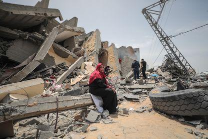 A Gaza dans les décombres des immeubles détruits par les raids des avions israéliens en représailles après les tirs de roquette palestiniens