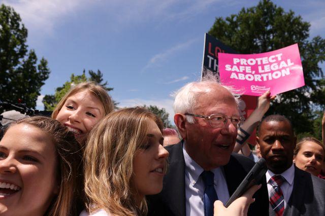 Le candidat à la primaire démocrate Bernie Sanders manifeste à Washington devant la Cour suprême