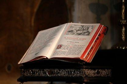 Cathédrale Saint-Sauveur. La bible latine. Bruges. Belgique.