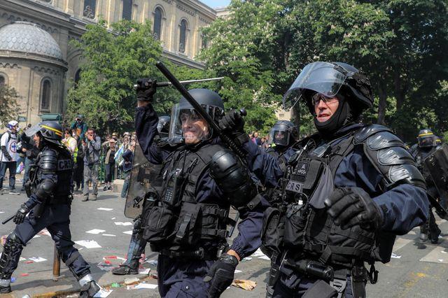 C'est à des policiers très bien équipés que les manifestants sans protection ont du faire face