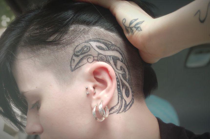 Les tatouages de Sacha s'étendent jusque sur son crâne.