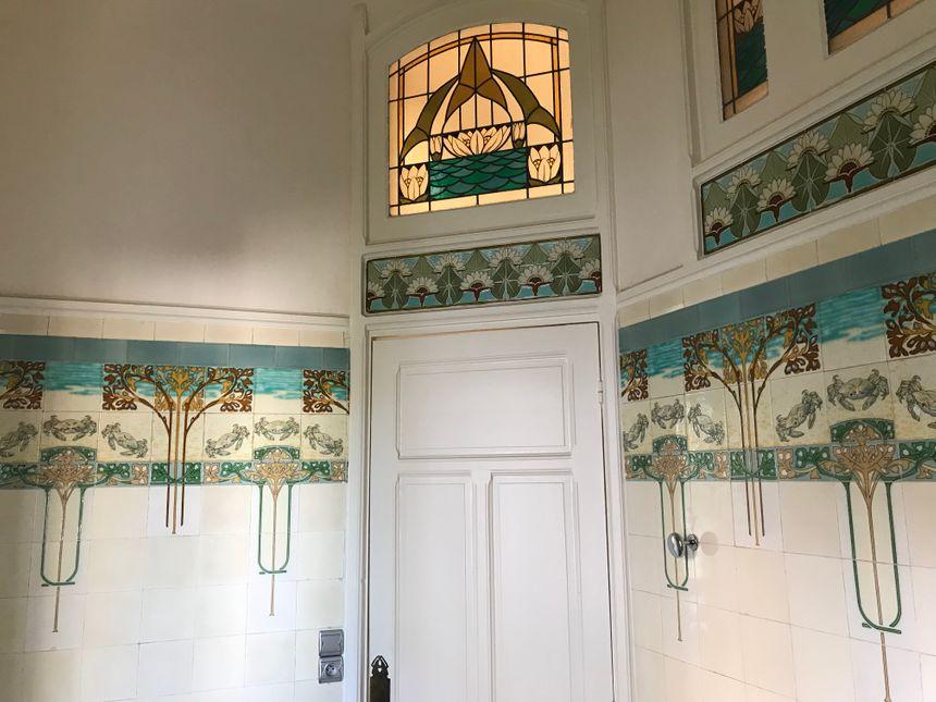 Les hôtes pourront dormir dans les anciennes salles de bain transformées en chambres, avec le carrelage historique et classé à côté de leurs oreillers.