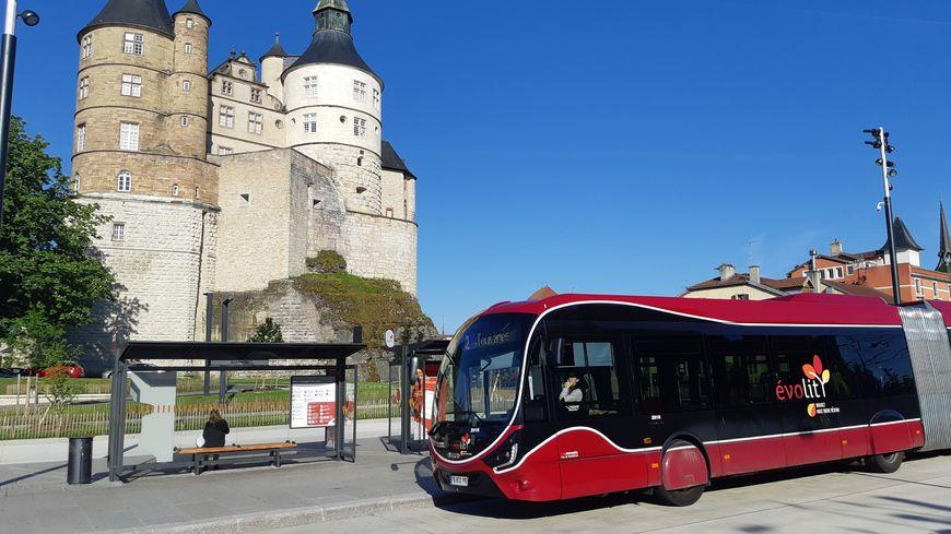 Le pole d'échange des bus de Montbéliard sous l'œil du château