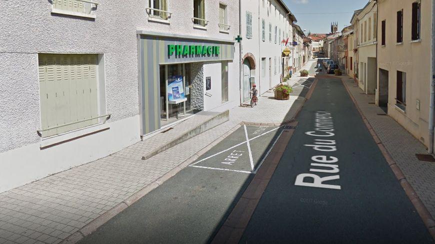 La pharmacie de Saint-Just-la-Pendue qui a pris feu (capture d'écran)