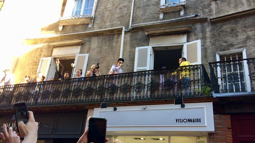 Bigflo & Oli au balcon de leur boutique éphémère