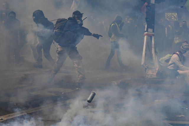 Face à des activistes venus en découdre avec elles à Paris, les forces de l'ordre ont fait un usage massif de gaz lacrymogène