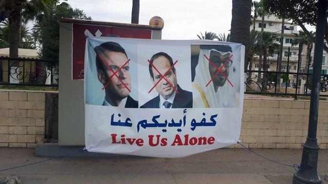 Le président Emmanuel Macron, son homologue égyptien Abdel Fattah al-Sissi, et l'émir Khalifa ben Zayed Al Nahyane, soupçonnés de soutenir le maréchal Haftar, villipendés à Tripoli.