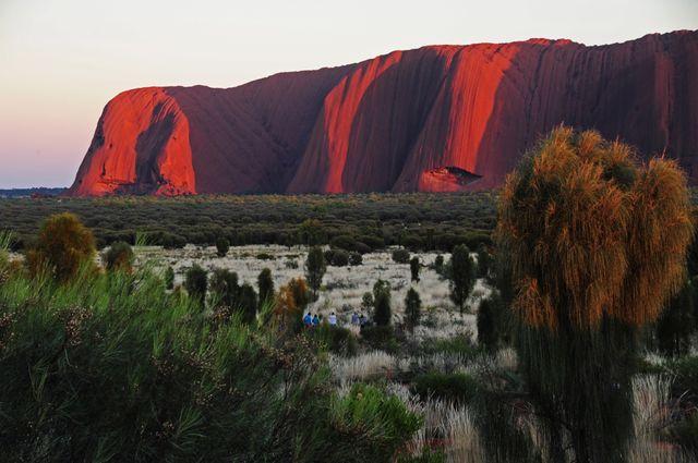 Le Mont Uluru, en Australie, attire 400 000 touristes chaque année.
