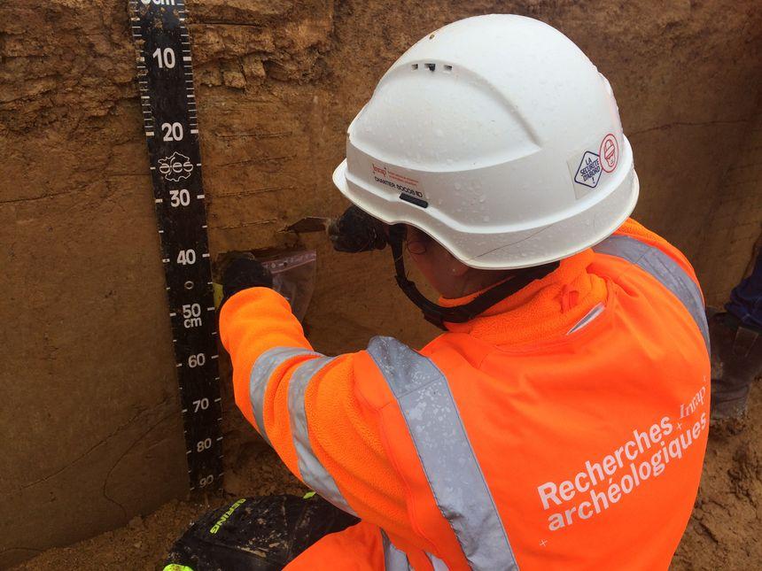 Une archéologue en pleine action