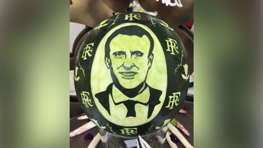 """Parmi les """"oeuvres"""" du buffet, cette pastèque à l'effigie d'Emmanuel Macron."""