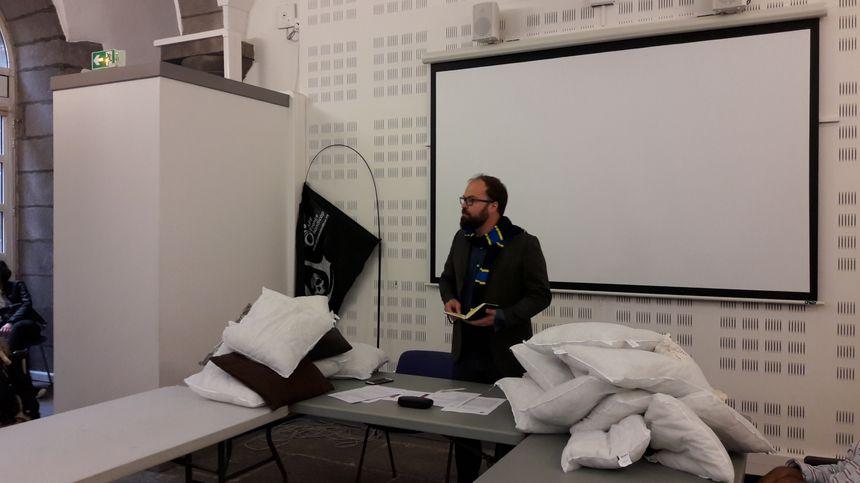 Les oreillers offerts symboliquement à Grégory Bernard, adjoint en charge du logement à la ville de Clermont-Ferrand - Radio France