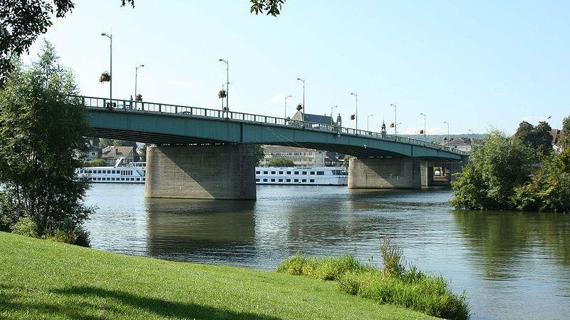 Le pont Clemenceau est l'unique ouvrage pour traverser la Seine à Vernon,  deuxième ville de l'Eure