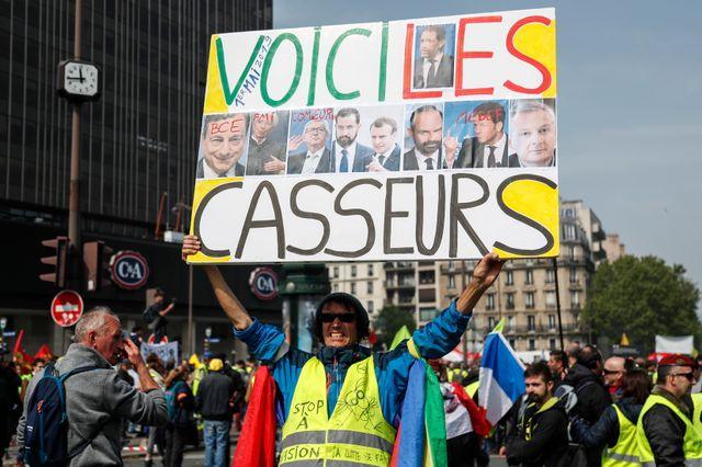 Parmi les premiers à se rassembler près de la gare Montparnasse, l'activiste Jean-Baptiste Redde, dont la pancarte désigne comme casseurs les responsables politiques français, européens et le patronat
