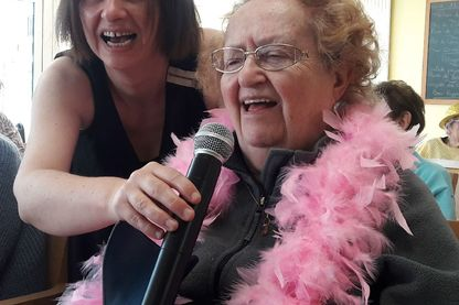 Mamie fait du karaoké