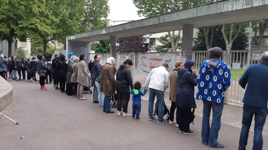 Les parents d'élèves de l'école Balzac-Victor Hugo à Saint-Denis forment une chaîne humaine devant l'établissement.