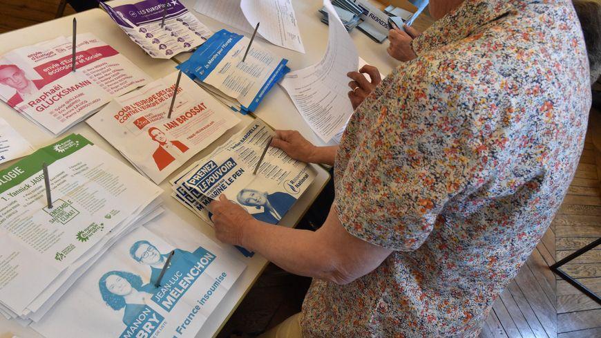 Vote aux elections europeennes à Morlaix, en Bretagne.