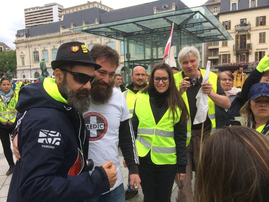 Photos et paroles d'encouragement pour Jérôme Rodrigues à la manifestation des Gilets Jaunes de Chambéry, Savoie