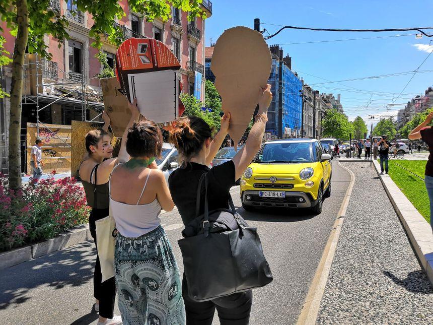 Les manifestants ont tenté à plusieurs reprises d'interpeller les automobilistes, avec un succès mitigé