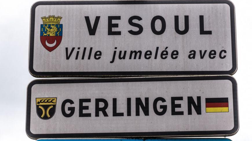 Panneau d'entrée de ville Vesoul Gerlingen.Vesoul et Gerlingen en Allemagne sont jumelées depuis 1964.