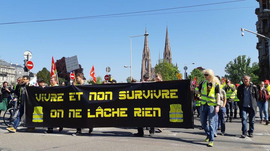 Gilets jaunes dans le défilé strasbourgeois
