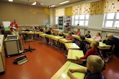 En Finlande, des journées courtes (4 à 6 heures de cours), pas de notes pendant les six premières années et des enseignants proches de leurs élèves