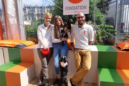 Marion Noiret avec ses collègues entourés des  chiens