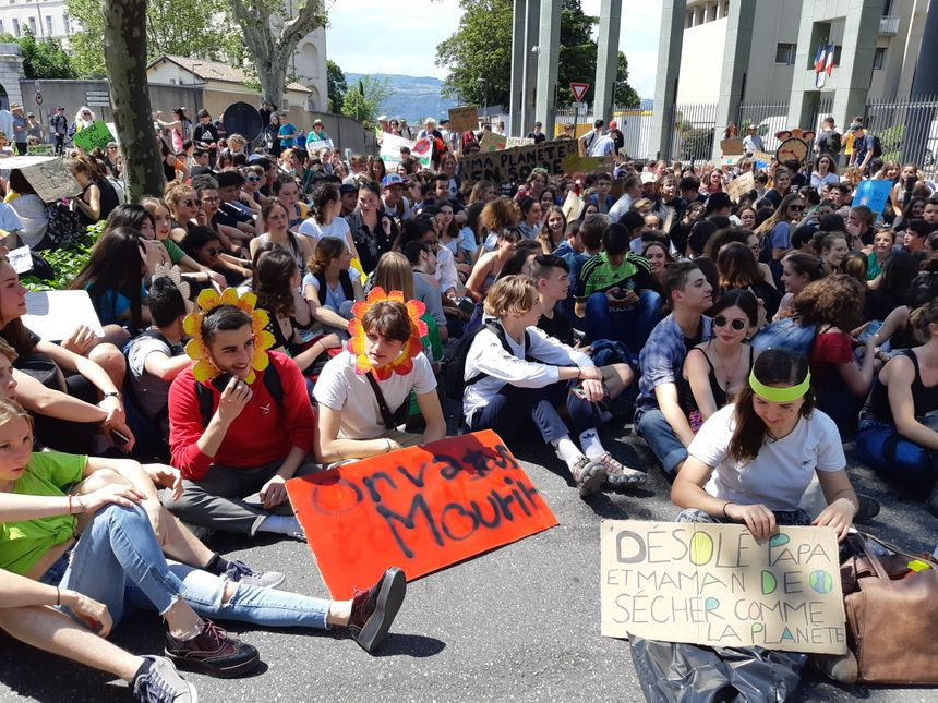 Les jeunes manifestants pour le climat à Valence (Drôme) ont fait un bref sit-in devant la préfecture