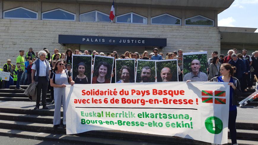 La marche pour une justice climatique a débuté par un rassemblement symbolique devant le tribunal de Bayonne.
