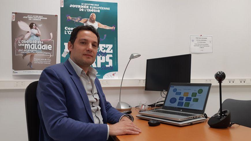 Le chirurgien viscéral Roberto Arienzo dans la salle de téléconsultation de la clinique Paul Picquet de Sens (Yonne)