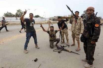 Des partisans du gouvernement Sarraj près de la ligne de front à Tripoli