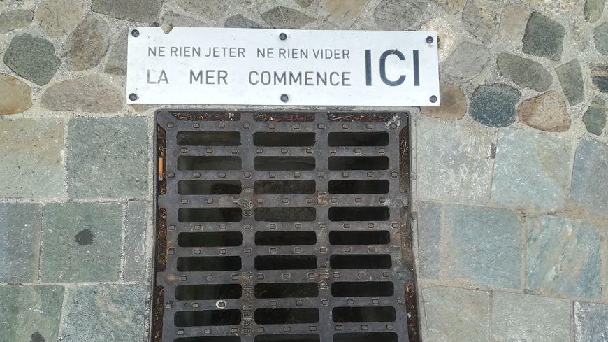 Dix plaques ont été fixées dans les rues de Grimaud et de Port Grimaud