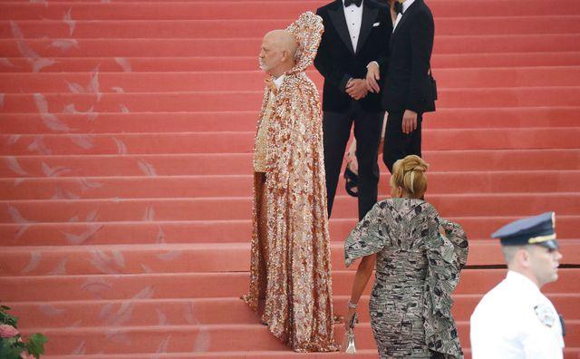 Gala du Met 2019 : le scénariste Ryan Murphy dans une tenue entièrement faite de perles