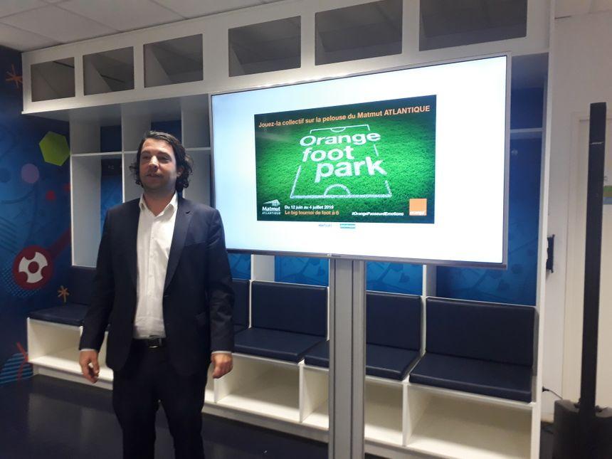 Martin Mellerio, directeur commercial de la société Stade Bordeaux Atlantique, présente le projet dans les vestiaires des joueurs de Ligue 1, où des amateurs pourront venir se changer.