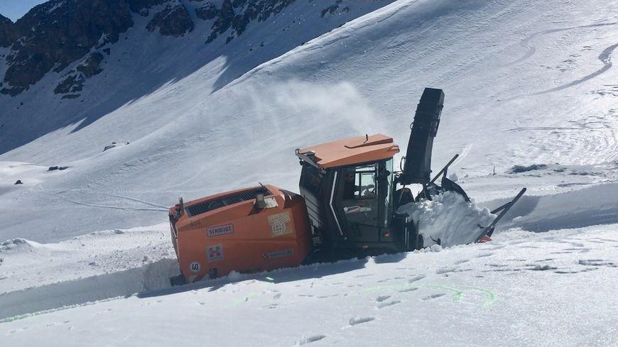 Une fraiseuse à neige dégage la route du col de Galibier en Savoie.