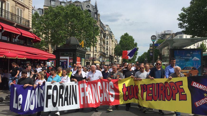 Près de 200 forains, dont Marcel Campion, ont manifesté dans les rues de Paris
