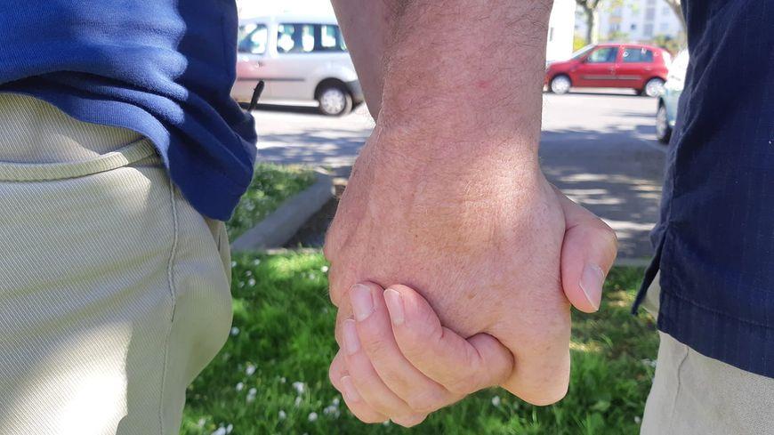 """Se tenir par la main en public, certains s'abstiennent, pour ne pas s'exposer à d'éventuelles insultes homophobes. Cela fait partie de la """"stratégie d'évitement""""."""