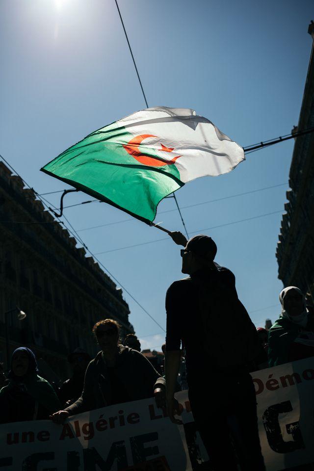 Des drapeaux algériens, en soutien aux événements en cours après le départ d'Abdelaziz Bouteflika, se sont glissés dans le défilé marseillais