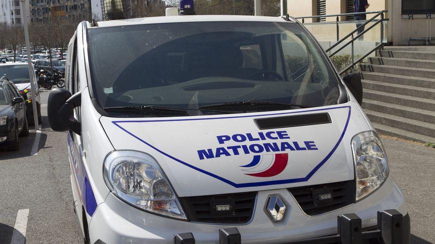 La police scientifique dans l'école Albert Camus d'Orange après sa dégradation