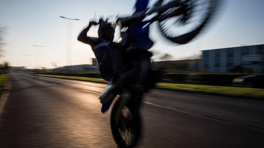 photo d'illustration : rodéo à moto de cross
