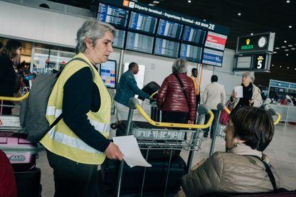 Une Gilet Jaune distribue des tracts dans l'aéroport de Roissy CDG, le 4 mai 2019.