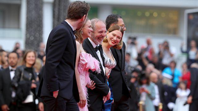 Joyeuse montée des marches pour Arnaud Desplechin et ses acteurs