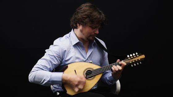Le mandoliniste Vincent Beer-Demander jouant de son instrument