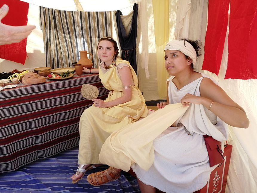 Des romaines présentent le maquillage et les bijoux de l'époque