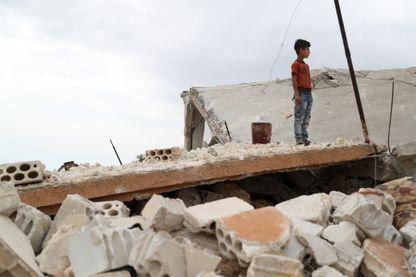 Un enfant sur un tas de ruines dans le village de Rabaa Jour, dans l'enclave d'Idlib, bombardée par l'aviation russe le 6 mai.